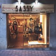 Rótulo fabricado en madera con letras corpóreas e impresión sobre madera para tienda de ropa Sassy