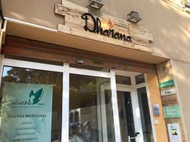 Rotulo de madera con letra corporea e iluminación para Centro de yoga y terapias Dharana