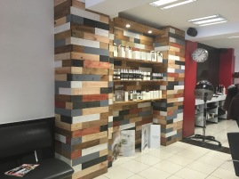 Pared con estanteria de madera para expo productos