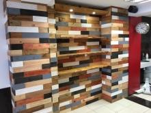 Pared revestida con madera y estanteria para exposicion de productos