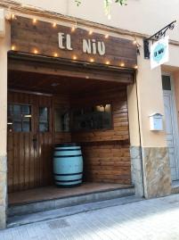 Rotulo de madera con letra corporea y bombillas para restaurante El Niu