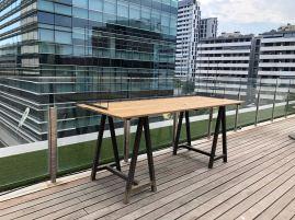 Mesa de madera con caballetes